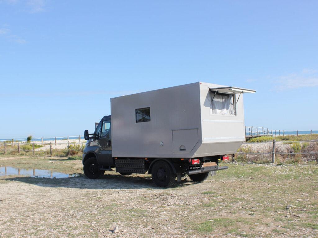 Camper geparkt am Strand