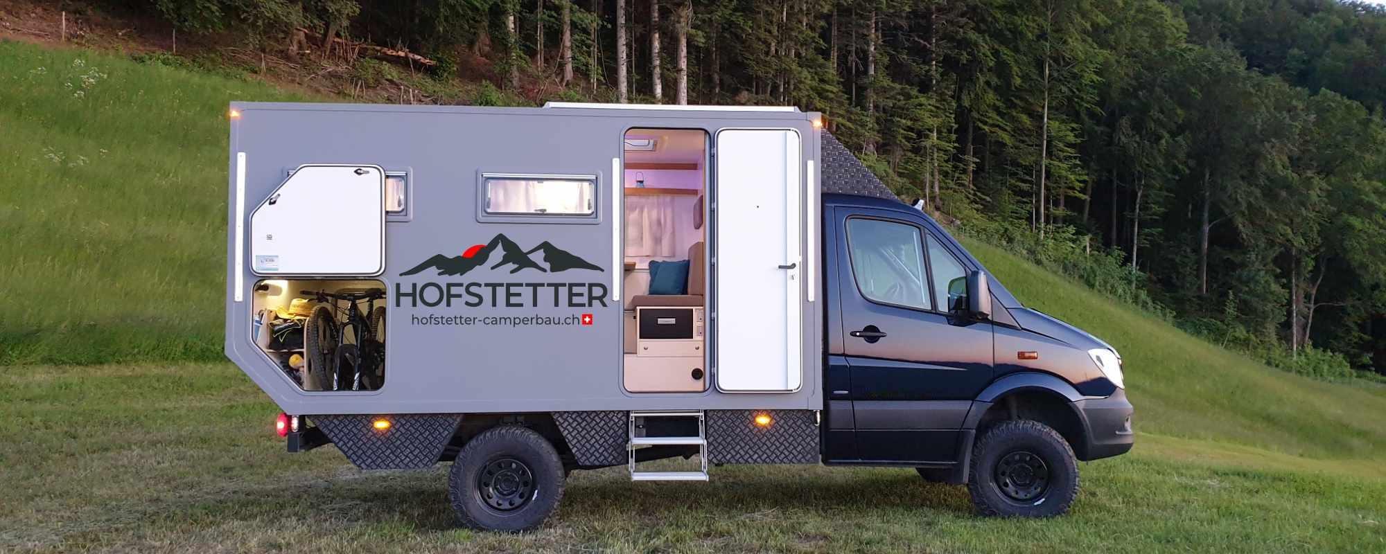 Camper offen mit Logo